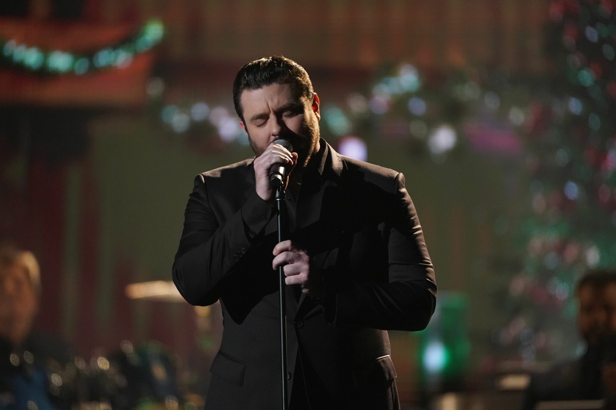 "Where Was Cma Country Christmas 2020 Filmed Chris Young performing at the 2019 ""CMA Country Christmas"" special"